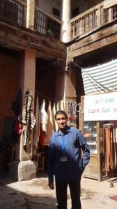 tag2 marrakesch unser führer in einer alten karawanserei